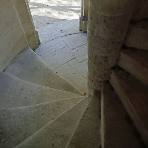 Stone staircase made especially for you by the stonemason of the Bidal workshop
